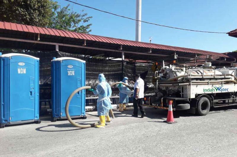 Perkhidmatan Mengosongkan Air Sisa Kumbahan Dari Tandas Bergerak di Pusat Saringan COVID-19 Hospital Sultanah Nur Zahirah, Kuala Terengganu